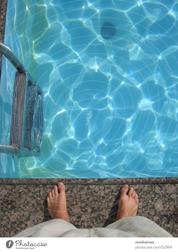 Randgestalt Schwimmbad Seite dumm stehen Am Rand Wasser Becken blau blue Leiter Denken Fuß warten Schwimmen & Baden