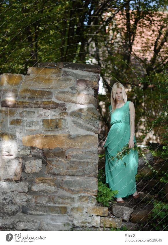 Maid II Mensch feminin Junge Frau Jugendliche 1 18-30 Jahre Erwachsene Umwelt Natur Frühling Sommer Baum Efeu Wald Burg oder Schloss Ruine Mode Kleid blond