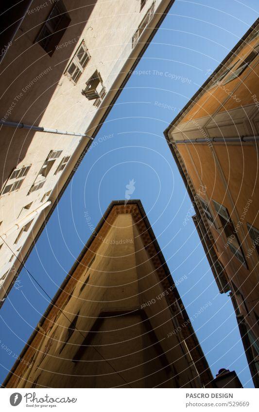 Blickwinkel Stadt Haus Fenster Wand Wege & Pfade Mauer Architektur Gebäude außergewöhnlich Horizont Fassade Zufriedenheit Perspektive ästhetisch Kreativität