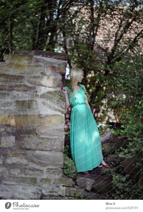 Grüne Waldfee Mensch Natur Jugendliche schön grün Sommer Baum Junge Frau ruhig 18-30 Jahre Erwachsene feminin Mode Stimmung Idylle
