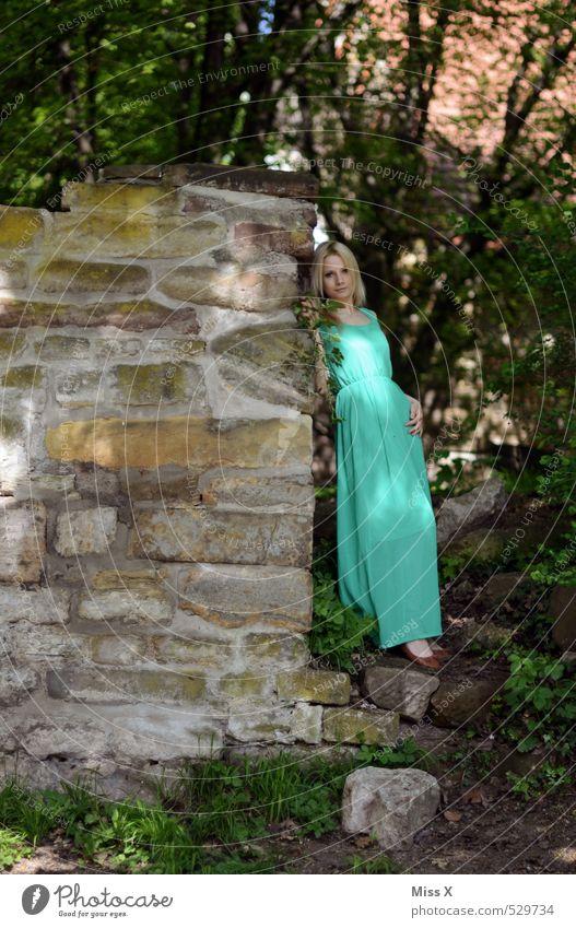 Baumnymphe schön Mensch feminin Junge Frau Jugendliche 1 18-30 Jahre Erwachsene Natur Sommer Efeu Blatt Wald Burg oder Schloss Ruine Mauer Wand Mode Kleid grün