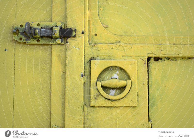 TopSecret Kasten Schloss Riegel Griff Zirkuswagen Holz Metall alt authentisch eckig einfach nah trashig gelb Farbfoto Gedeckte Farben mehrfarbig Außenaufnahme