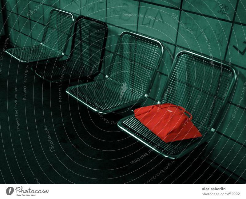 mein rechter rechter platz ist leer... U-Bahn Bank Beutel rot grün kaputt beschmiert dreckig 4 London Underground chair contrast bag red broken grafitti dirty
