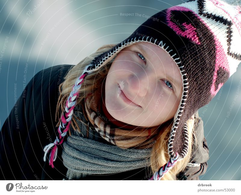 Schneehase Frau Jugendliche schön Mädchen Winter Gesicht Auge kalt Kopf lachen Mund Nase Mütze Tiefenschärfe Schal