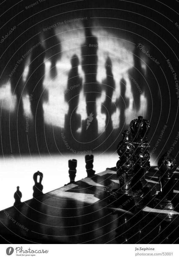 Sch(l)ach(t)-Feld Schachfigur Schachbrett Freizeit & Hobby Strategie Brettspiel Spielfigur Spielen schwarz weiß Risiko Figur unheimlich Krieg Rätsel dunkel