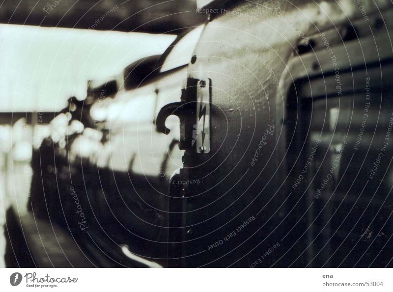 Kabine oben Fenster Eisenbahn Perspektive Elektrizität gefährlich bedrohlich Gleise historisch Bahnhof Maschine schwer Lokomotive Führerhaus Wucht