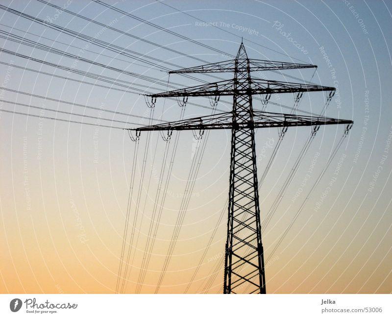 strommast Energiewirtschaft Himmel blau Strommast Elektrizität orange Farbfoto Sonnenlicht Dämmerung Menschenleer Hochspannungsleitung