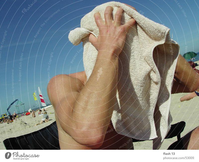 verstecktes gesicht Handtuch Mann Meer Außenaufnahme Ostsee deitschland faullenzen Freude haare trocknen geheimnissvolles gesicht lange nase kurze nase