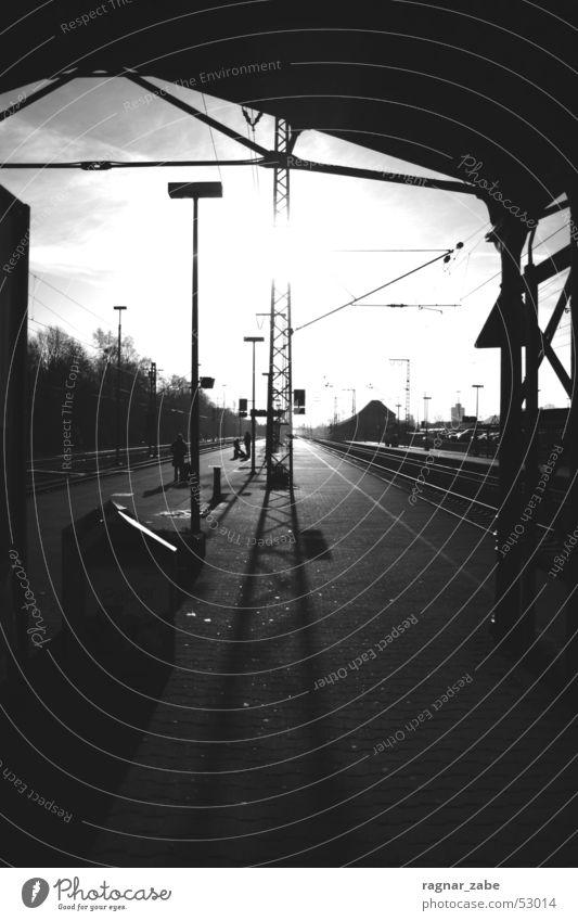 no sleep till oldenburg leer Ostfriesland Bahnsteig kalt Winter Eisenbahn Bahnhof gegenlich Schatten warten