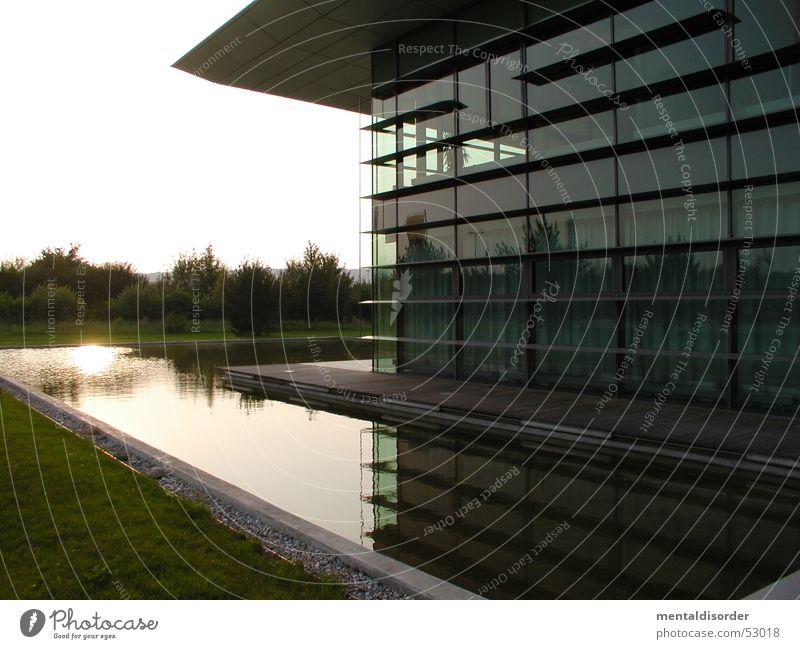 mit Burggraben Gebäude Haus Fenster Teich Gras Mitte Sonnenlicht Reflexion & Spiegelung Dach Tür Glas Wasser Graben Aktien Garten Einkaufszentrum Linie