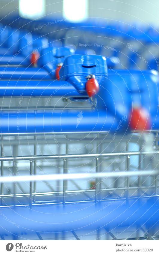 please insert Einkaufswagen Reihe aufgereiht Bildausschnitt Anschnitt Zentralperspektive Tiefenschärfe