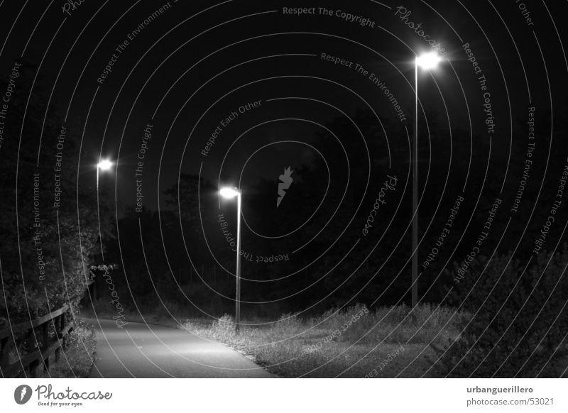 drei nachtwächter Nacht Einsamkeit unheimlich Kriminalität Krimineller Überfall Lampe Laterne dunkel Licht Abzweigung gefährlich Gänsehaut Geister u. Gespenster