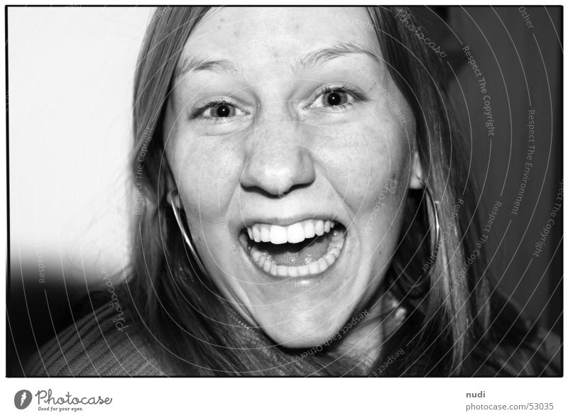 enjoy Porträt Frau schreien Fröhlichkeit Gefühle Lippen Wange Humor Kraft Gesicht Schwarzweißfoto Nase Auge Mund Freude Glück lachen Haare & Frisuren
