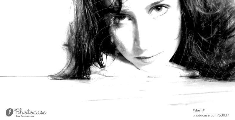 Frau liegend schön Freundlichkeit Wolle Haare & Frisuren Mensch Schwarzweißfoto hell