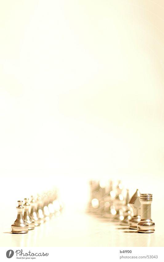 Fünfundzwanzig Millimeter ruhig Raum Unendlichkeit Reihe Schach Sepia minimalistisch Hochformat Vor hellem Hintergrund