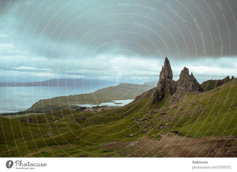 [Skye 18] Old Man of Storr Himmel Natur Pflanze Sommer Meer Landschaft Wolken Ferne dunkel Umwelt Berge u. Gebirge Gras Küste außergewöhnlich Felsen Erde