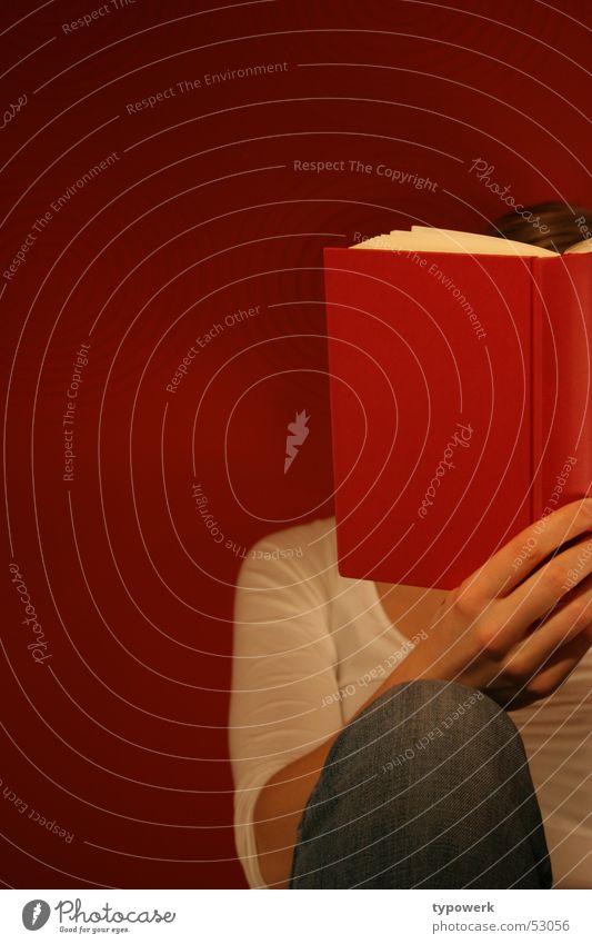 Lesen im Hochformat ... lesen rot Frau Hemd blond weich Buch dunkel Top Tapete Muster weiß Buchseite Hand Zeigefinger Bildung Entwicklung Innenaufnahme