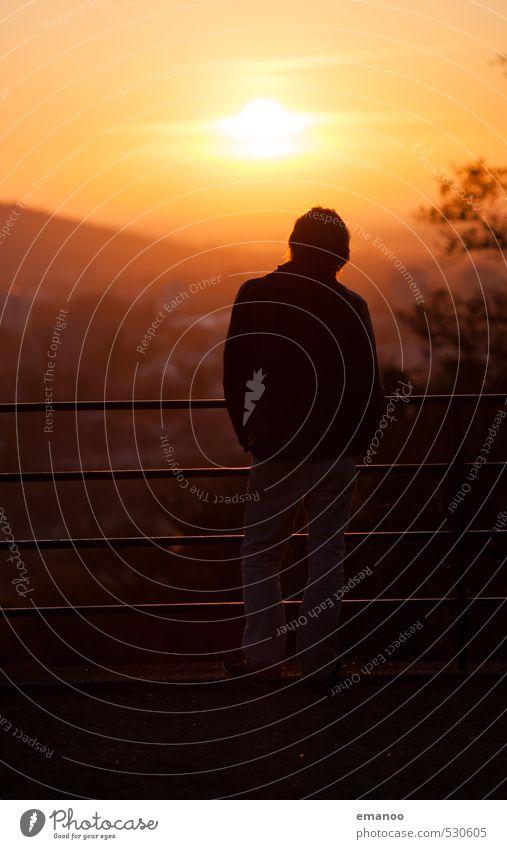 der Untergangsbeobachter Mensch Himmel Ferien & Urlaub & Reisen Mann Stadt Sommer Sonne Erholung Landschaft Ferne Erwachsene Berge u. Gebirge Wärme Freiheit