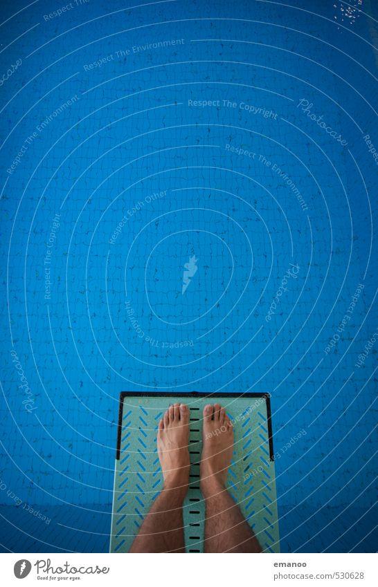 nur Mut! Freude sportlich Fitness Schwimmen & Baden Sport Wassersport Sportler Schwimmbad Mensch Mann Erwachsene Jugendliche Beine Fuß 1 fliegen springen stehen