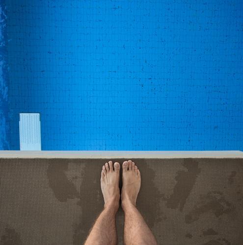 Angst? Mensch Jugendliche Mann blau Wasser Freude Erwachsene Gefühle Sport Schwimmen & Baden springen Beine Fuß fliegen Freizeit & Hobby