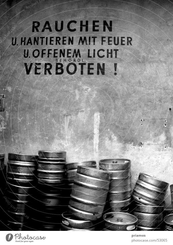 Rauchen verboten! Verbote alt weiß schwarz Wand Mauer verfallen Hinweisschild Fass Putz Grunge Bierfass