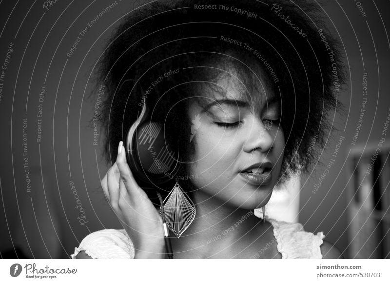 Music! Lifestyle schön Haare & Frisuren harmonisch Wohnung Musik MP3-Player Unterhaltungselektronik feminin 1 Mensch Musik hören Medien Radio Afro-Look