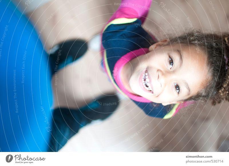 Wie ist die Luft da oben? Mensch Kind Mädchen Leben Liebe Spielen Glück Schule Familie & Verwandtschaft Wohnung Kindheit Häusliches Leben Perspektive Fröhlichkeit Warmherzigkeit Lebensfreude