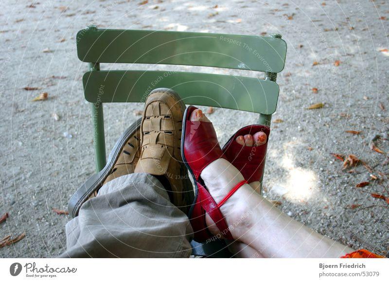 Flirtende Füsse Mensch Erholung Paar Fuß paarweise Stuhl Romantik nah Müdigkeit Partner Partnerschaft Erschöpfung Flirten