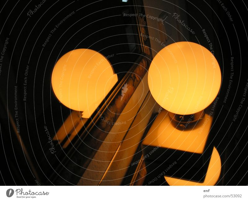 spieglein, spieglein... Licht dunkel Physik Lampe Spiegel Flur Wohnung Wohlgefühl gemütlich Abend Heimat Wärme