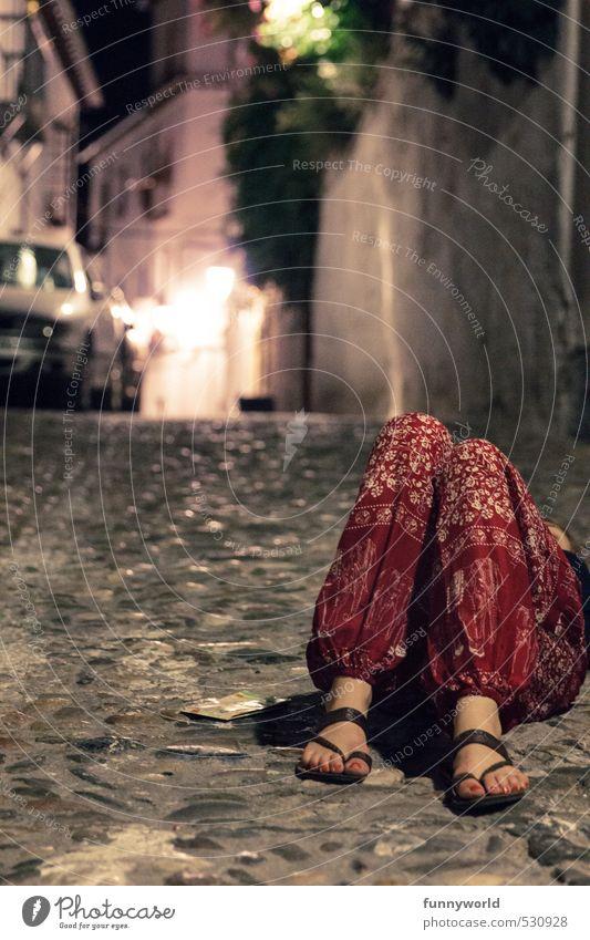 die rote Hose Mensch Frau Sommer Erwachsene Wärme lustig feminin Feste & Feiern liegen schlafen Dorf Müdigkeit Kopfsteinpflaster Alkoholisiert Erschöpfung