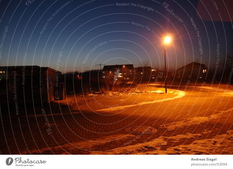 Winterabend Himmel blau Winter Straße Farbe dunkel kalt Schnee Eis orange Laterne Verkehrswege Kurve Nachtaufnahme Wohngebiet Wildau