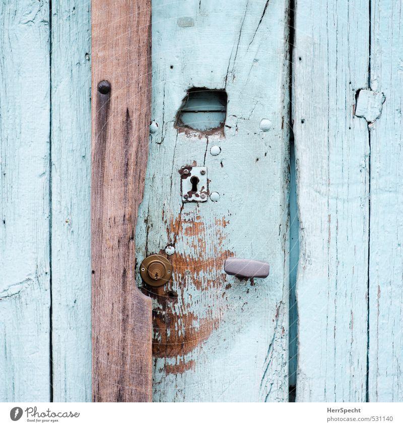 Old fashioned Häusliches Leben Wohnung Haus Tür Holz Metall alt authentisch Originalität trashig braun türkis Schlüsselloch Eingangstür Loch Griff Türschloss