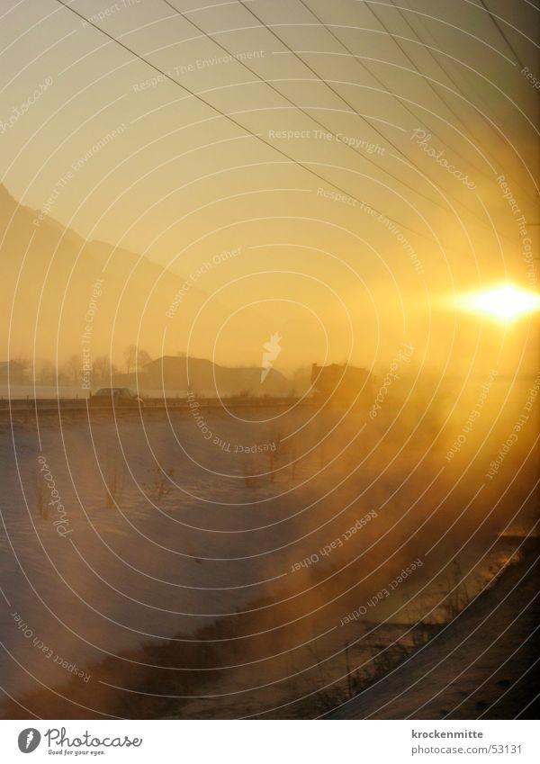 Bruder Sonne Gegenlicht Nebel Eisenbahn Draht gelb Licht Physik Winter Schweiz Schnee PKW Fluss Wärme sun train Kabel