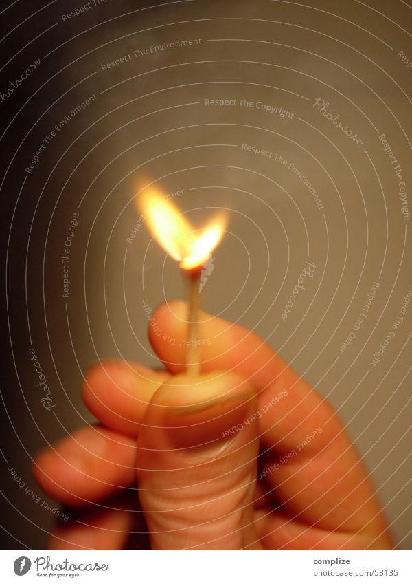 Feuer-Herz Hand gelb Holz Wärme braun Finger heiß Flamme Streichholz Daumen Fingernagel anzünden haltend zündend