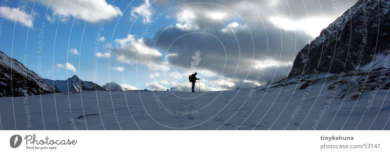 solitude Wolken wandern Silhouette Einsamkeit Rucksack Fußspur Panorama (Aussicht) Himmel Schnee Berge u. Gebirge Felsen Alpen Kalkalpen Spuren Freiheit groß