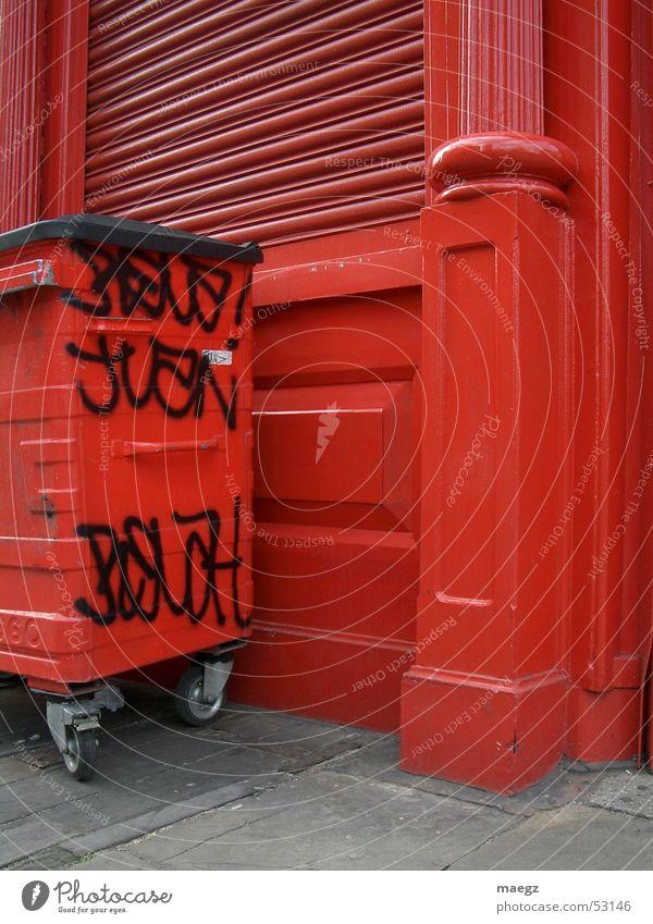 Red rot Straße Graffiti London Müllbehälter Straßenkunst England