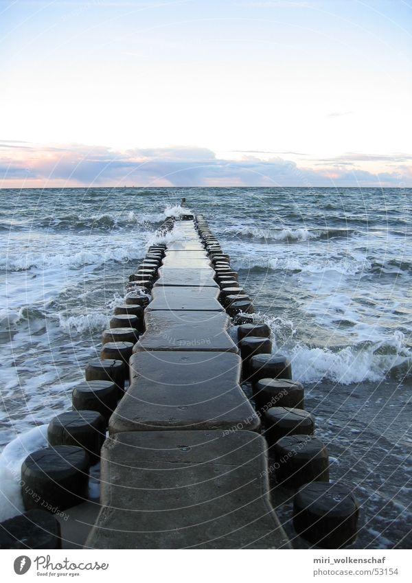 Strandspaziergang Wasser Meer blau Strand ruhig Holz Wellen Steg Ostsee Rauschen Sonnenuntergang