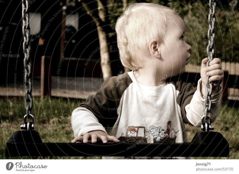 Hilfst Du mir! Kind Junge Spielen Schaukel Spielplatz Spielzeug Hilfsbedürftig Hilfesuchend