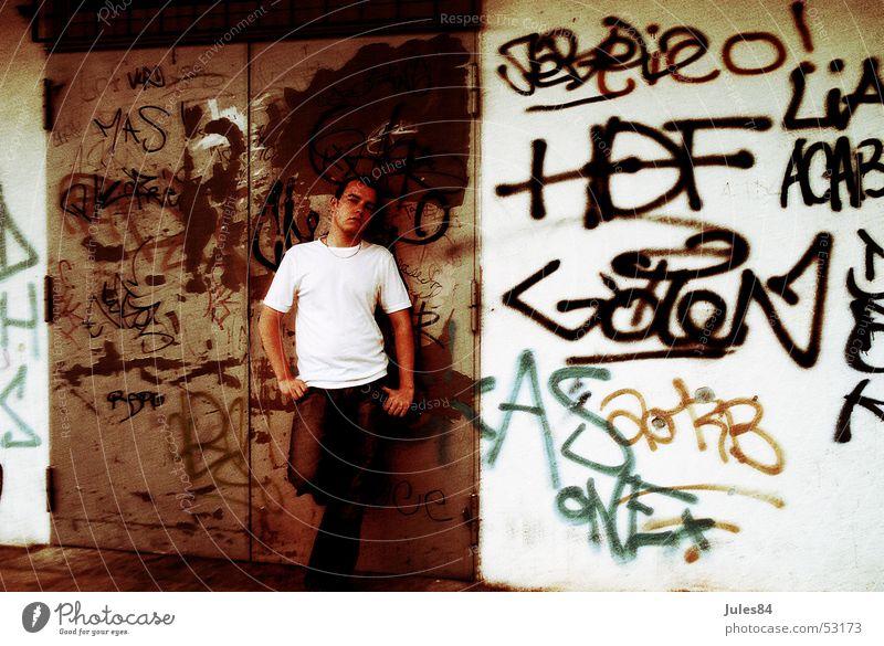Junge Haus Wand Denken Graffiti Zukunftsangst Ghetto Tagger Rinnstein Randgruppe