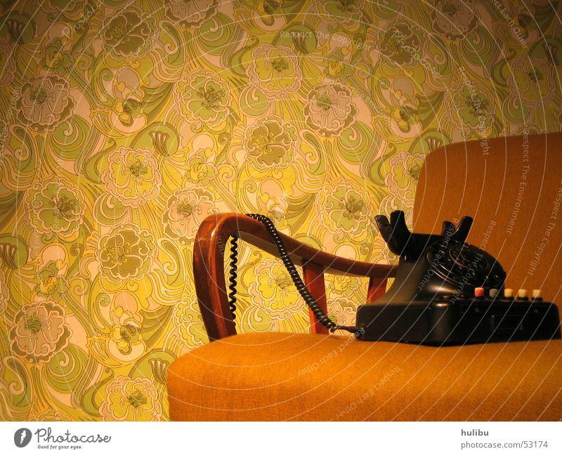 immer noch keiner da? Siebziger Jahre Sechziger Jahre Oldtimer retro Sessel Telefon Wand Tapete Teppich braun grün Muster Blümchentapete Telefonkabel höhrer