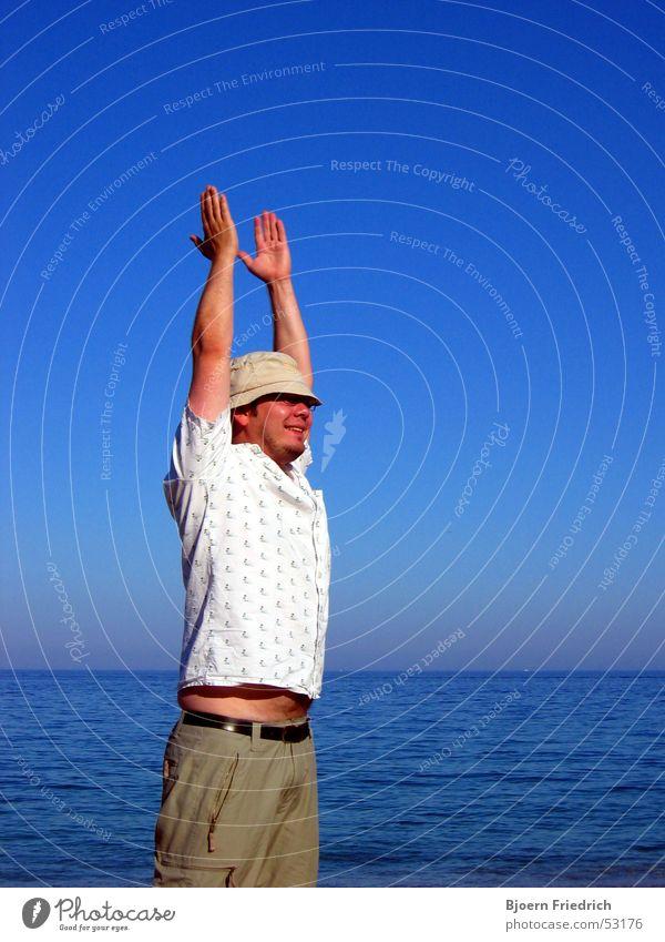 Endlich Urlaub Mensch Mann Himmel weiß Sonne Meer blau Freude Strand Ferien & Urlaub & Reisen Erholung Freiheit Glück Wärme Deutschland Physik