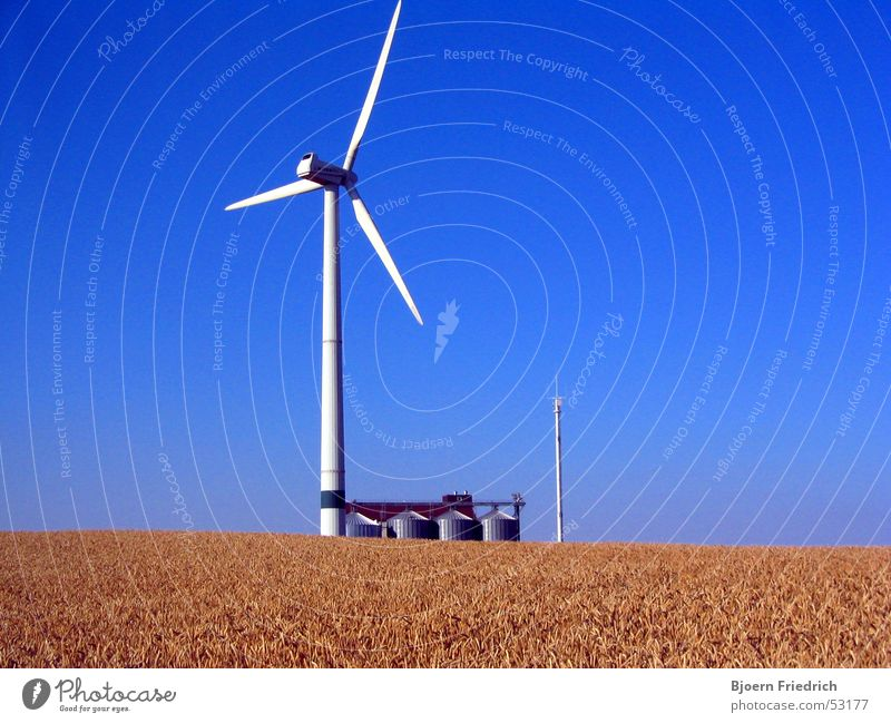 Energie Himmel weiß Sonne blau hell Kraft Feld Wind Energiewirtschaft Turm Getreide Windkraftanlage Korn Strommast Behälter u. Gefäße Silo