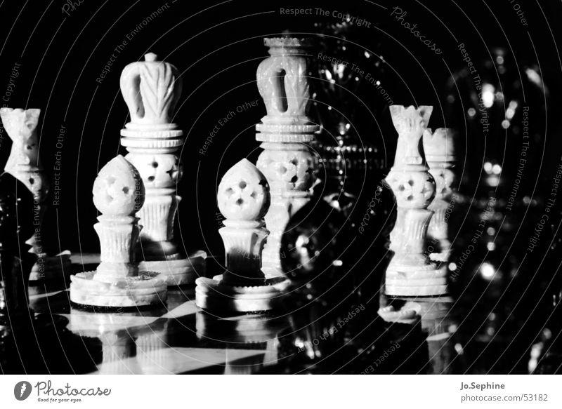 Schach Schachfigur Spielfigur Schachbrett Freizeit & Hobby Brettspiel Strategie Konkurrenz Konflikt & Streit Figur Rätsel planen schwarz weiß Kontrast König