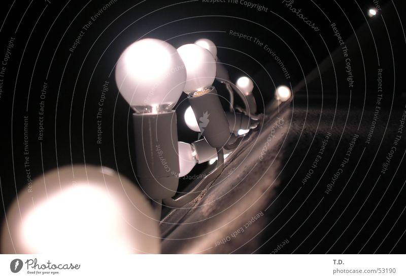 Glühkette Glühbirne Lampe Licht dunkel Beleuchtung Kette Halterung Kabel Leitung