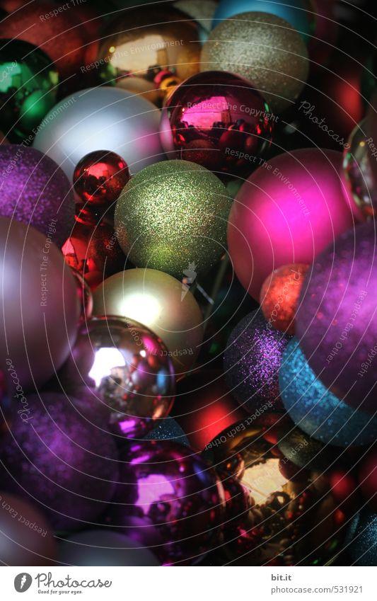 Sammlung Lifestyle Häusliches Leben Feste & Feiern Weihnachten & Advent Dekoration & Verzierung Kitsch Krimskrams Glas Zeichen glänzend liegen rund verrückt