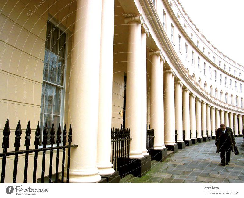 London:  Park Crescent, Regent's Park Haus Mann Aktenkoffer England Architektur Säule Geschäftsmann
