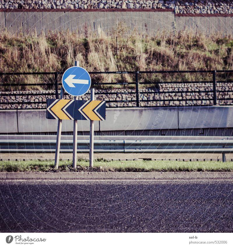 Links Natur Gras Sträucher Stadt Stadtrand Mauer Wand Verkehr Verkehrswege Autofahren Straße Autobahn Hochstraße Verkehrszeichen Verkehrsschild