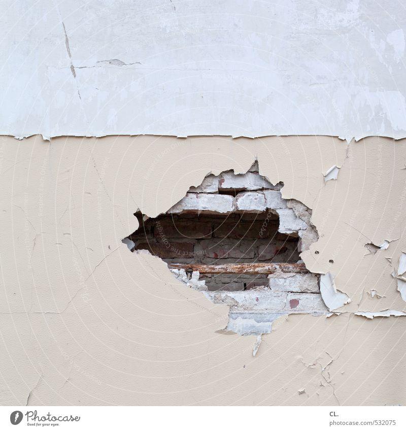 einblick alt Haus Wand Mauer grau Stein trist kaputt Vergänglichkeit Wandel & Veränderung Verfall Backstein Loch Putz Zerstörung Demontage