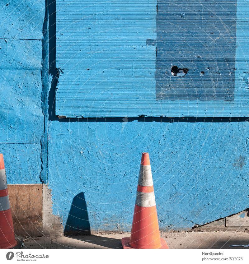 B(l)austelle blau alt Stadt Farbe Haus Wand Straße Mauer Gebäude Fassade trist authentisch Hinweisschild Baustelle Bauwerk Hut