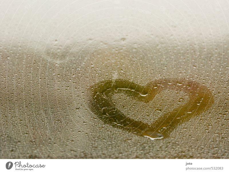 verregnet Wassertropfen Herbst schlechtes Wetter Regen Fenster Herz dunkel nass niedlich trist Gefühle Warmherzigkeit Liebe Verliebtheit Romantik Leben Hoffnung